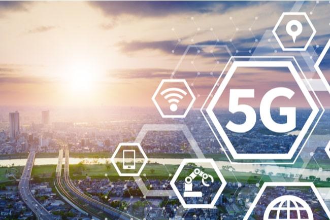 5G- och IoT-symboler framför stadsmiljö
