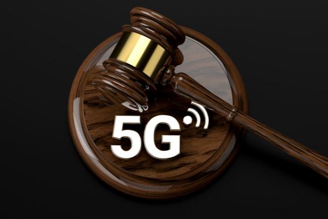 domstolsklubba och 5G-symbol, mot svart bakgrund