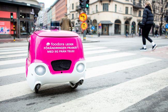 roboten doora rullar över ett övergångsställe i Stockholm