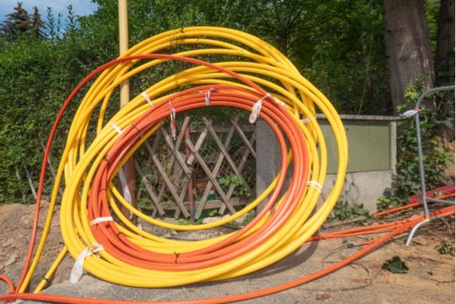 fiberkablar för bredband med natur i bakgrunden