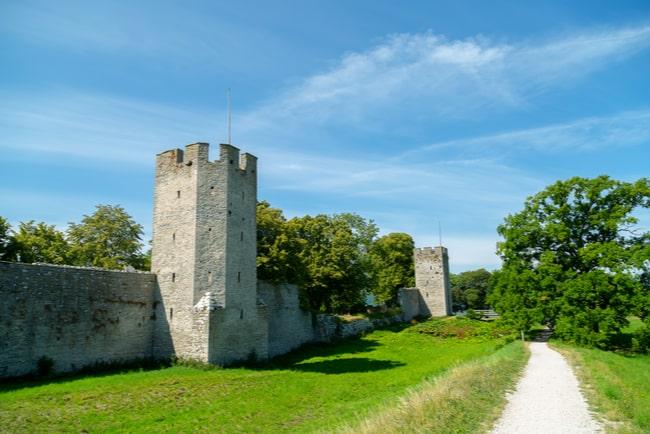 Ringmuren runt Visby på Gotland med grön natur utanför.