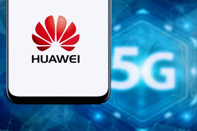 Smartphoneskärm med Huaweis logotyp mot bakgrund med texten 5G.