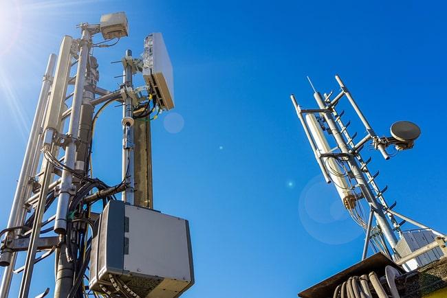 två mobilmaster mot en blå himmel