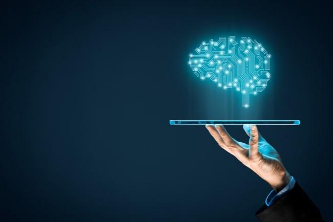 hand håller upp futuristisk data-platta som representerar artificiell intelligens