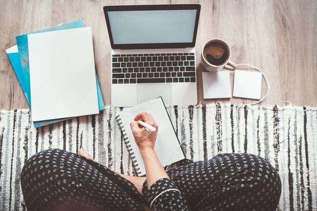 kvinna sitter framför dator och arbetar