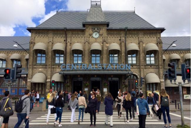 folk i rörelse vid entrén till Göteborgs centralstation