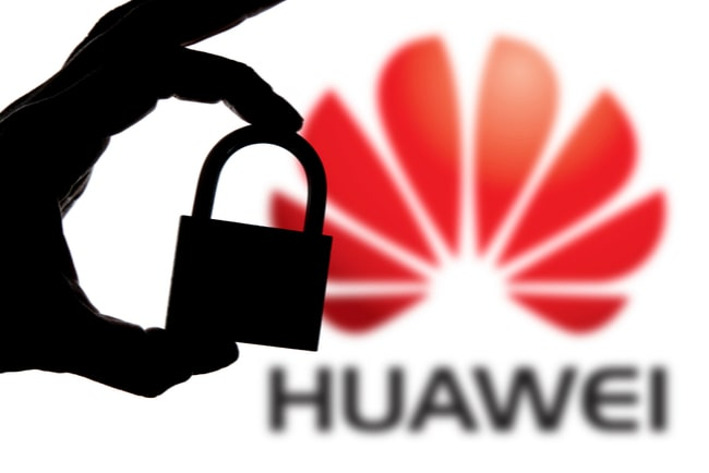 svart hand i silhuett håller i ett hänglås över Huaweis logga