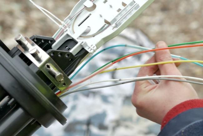 Man arbetar med fiberkablar
