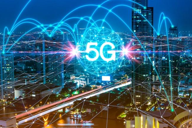 5G-nätverk över upplyst storstad