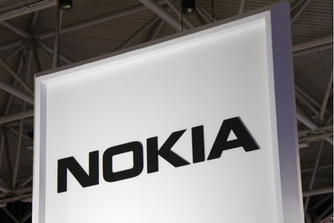 Nokias logga mot vit fasad