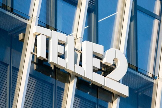 Tele2:s vita logga mot fasad