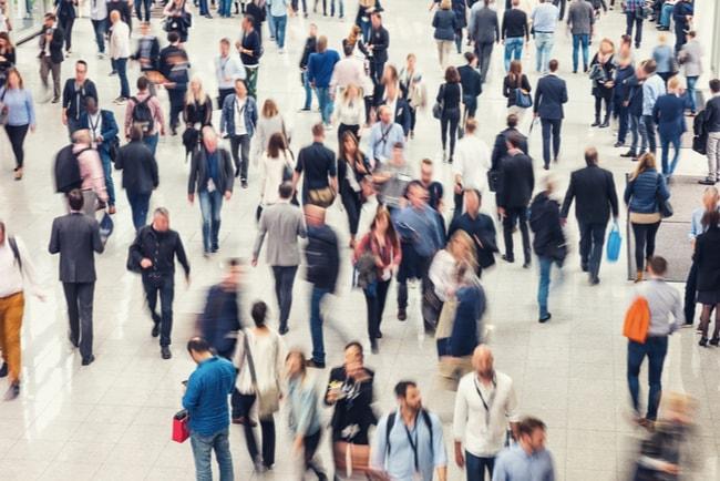 folkmassa i köpcentrum
