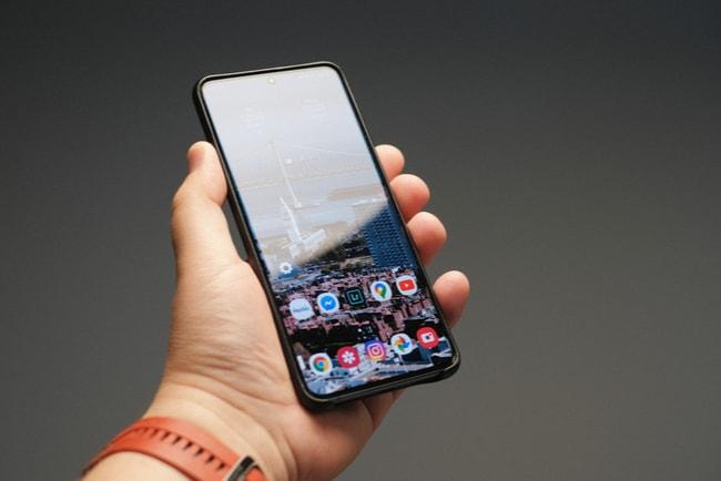 hand håller mobiltelefonen i samsung galaxy s20 ultra