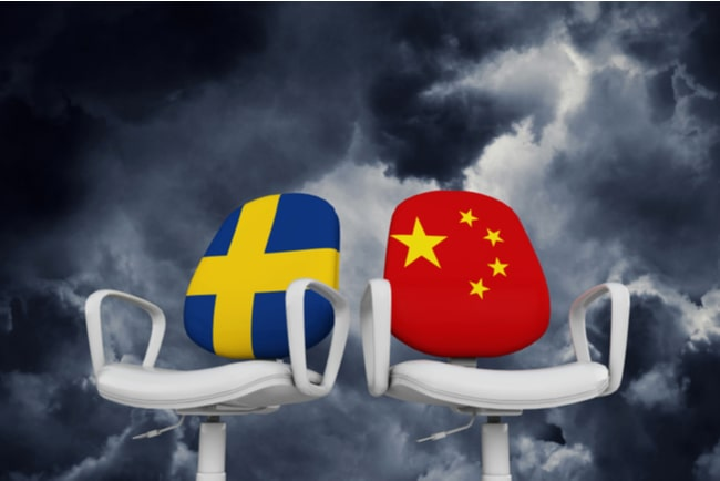 kontorsstolar med sveriges och kinas flaggor på stolsryggen
