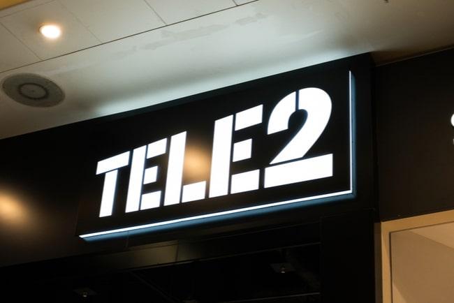 tele2:s logotyp på skylt inomhus